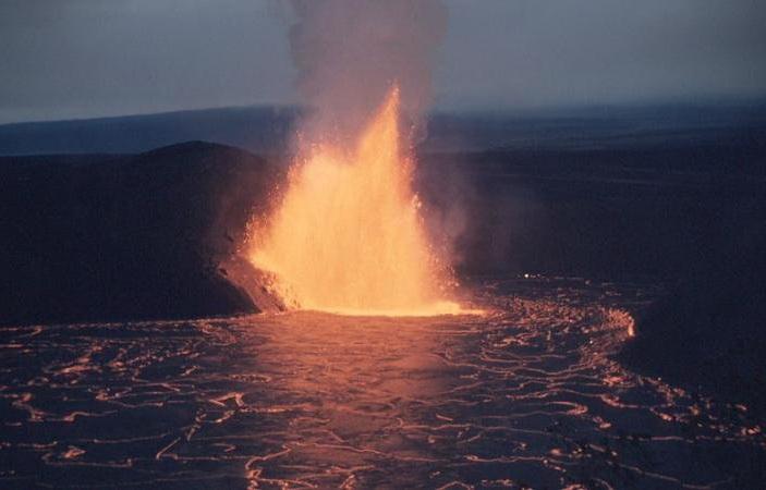 <b>Рис.1. </b>Извержение вулкана Килауэа наГавайях в1959 году