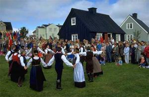 Население современной Исландии несет разные этнические сигналы в мужской и женской линияхДНК: в Y-хромосомах прослеживаются скандинавские корни, а в мтДНК, передаваемой от матерей,— наследие с Британских островов. Исландский язык напрямую связан именно с отцовскими, скандинавскими, линиями, а не с материнскими, британскими. Фото с сайта www.stranz.ru