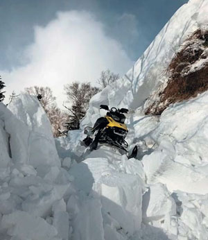 Антропогенная лавина, сошедшая со склона речной террасы высотой 4 м в результате проезда снегохода («Природа» №8, 2019)